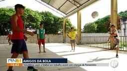 Voluntários usam futebol em trabalho social com crianças de Parnamirim