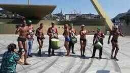Passistas de escolas de samba aderem à moda da marquinha de sunga feita com fita isolante