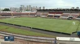 Torcedores do Botafogo-SP fazem fila por ingressos na sala do sócio-torcedor em Ribeirão