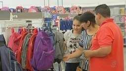 Pais lotam papelarias para comprar material escolar
