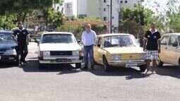Brucce Cabral visita exposição de carros antigos