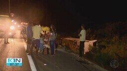 Ônibus cai em ribanceira na BR-365 em São Gonçalo do Abaeté