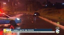 Carro bate em poste e duas pessoas ficam feridas, em Campo Grande