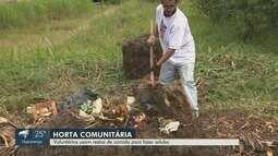 Voluntários usam restos de comida para fazer adubo