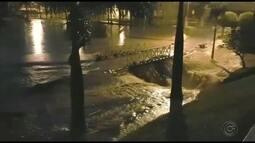 Carros são arrastados para dentro de córrego durante temporal em Itápolis