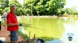 Repórter da TV TEM tenta pescar peixe para a Semana Santa em Rio Preto