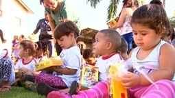Policial Militar doa ovos chocolates para crianças carentes de Rio Preto