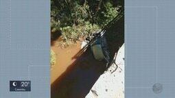 Motorista fica ferido após cair com carro da Ponte Palmela, em Varginha (MG)