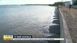 Mar avança e causa destruição na orla e prejuízo para comerciantes em Meaípe, Guarapari