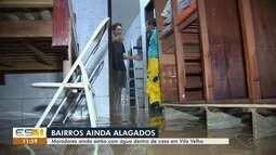 Moradores de Vila Velha, ES, ainda estão com água dentro das casas após forte chuva