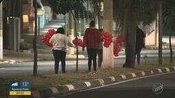 Voluntários colocam 5 mil balões em avenida de Campinas para estimular o amor