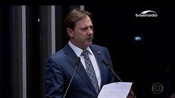Senador que cumpre pena e iria para o Caribe entrega passaporte