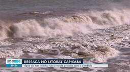 Água do mar invade ruas e traz prejuízo para o comércio, no ES