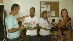 Pares de tênis dos 10 KM Tribuna FM são doados para a comunidade da Vila Alemoa