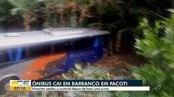 Ônibus cai em barranco em Pacoti