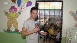 Silvero Pereira vira repórter do Se Liga VM em visita especial do Criança Esperança