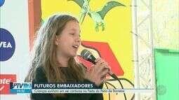Crianças que sonham em ser cantoras se apresentam na Festa do Peão de Barretos