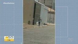 Homem é flagrado gastando água para lavar calçada, em Goiânia