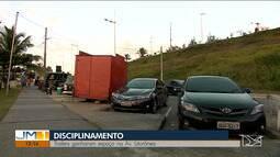 Trailers que vendem lanches ocupam espaço de estacionamento na Avenida Litorânea