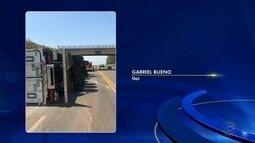 Caminhoneiro tem ferimentos graves após veículo tombar em rodovia de Itaí