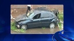 Motorista perde controle da direção e cai com carro no rio em Rio Preto