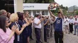 Após sagrar-se campeão mundial de boxe, Patrick Teixeira é recebido com festa em Santos