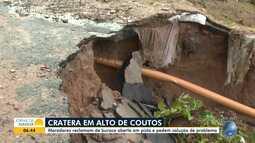 Moradores de Alto de Coutos reclamam de cratera, que aumentou após as fortes chuvas