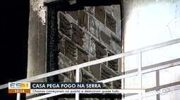 Incêndio destrói casa na Serra