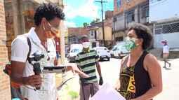 Iniciativa usa cartazes e muita música para instruir a comunidade sobre o coronavírus