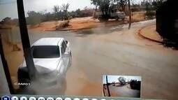 Homem é resgatado de sequestro após criminosos baterem caminhonete roubada em poste