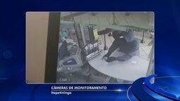 Dupla armada invade lotérica e rouba cerca de R$ 5 mil em Itapetininga