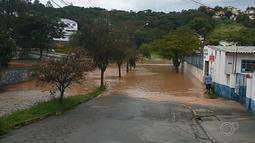 Chuva forte deixa ruas alagadas e causa deslizamento de terra em estrada de Jarinu