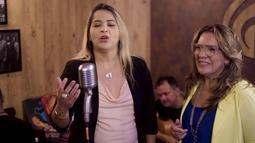 "Luccinha Bastos e Jade Lima cantando ""Ao Pôr do Sol"""