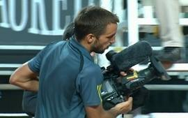 Troicki pega cmera para mostrar marca de bola no cho durante o Masters 1000 de Roma