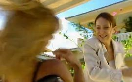 Por Amor: Maria Eduarda joga Laura na piscina