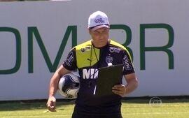 Com a inseparável prancheta, Aguirre prepara o Atlético-MG para enfrentar o Figueirense
