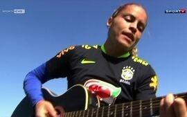 Mônica, zagueira da seleção brasileira feminina de futebol, bate um bolão cantando