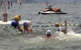 Pólo aquático na praia chama atenção em Copacabana