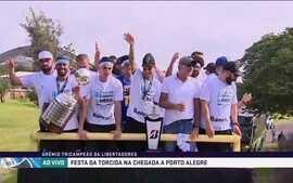 Renato Gaúcho e jogadores do Grêmio iniciam a festa pelas ruas de Porto Alegre