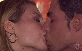 Giovana e Mateus curtem balada juntos e se beijam