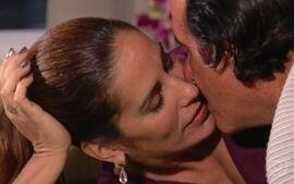 Nikos se despede de Julia e diz que a ama e a apoiará sempre