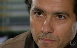 Gilberto diz a Júlia que Aquilino e Bia se conheceram no dia do acidente de seus pais