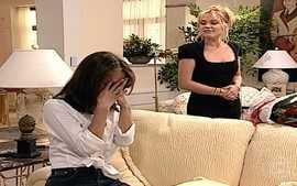 Laura provoca Eduarda e ela se irrita