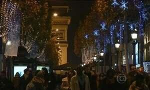 Prefeitura inaugura decoração de Natal da avenida mais famosa de Paris