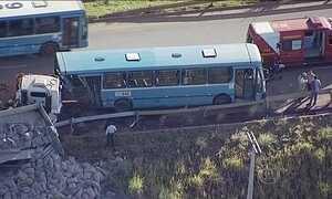 Ônibus e caminhão batem na divisa entre Goiás e o Distrito Federal