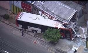 Ônibus bate contra stand de vendas em São Paulo
