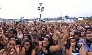 Debaixo de chuva, fãs curtem os shows do Lollapalooza, em SP
