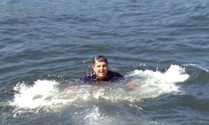 Secretário mergulha na Baía de Guanabara em defesa de competições