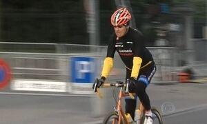 Secretário de Estado americano quebra a perna após tombo de bicicleta na França