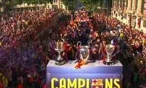 Torcida do Barcelona festeja título nas ruas da cidade